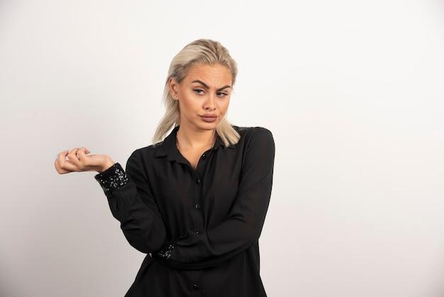 Portret van een vrouw in zwart shirt poseren op witte achtergrond. hoge kwaliteit foto