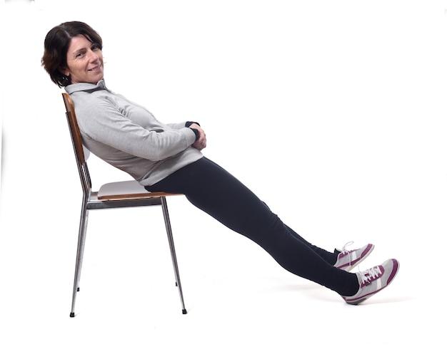 Portret van een vrouw liggend op een stoel op een witte achtergrond