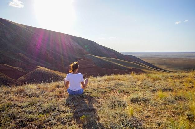 Portret van een vrouw meditatieve praktijk zittend op de grond in de