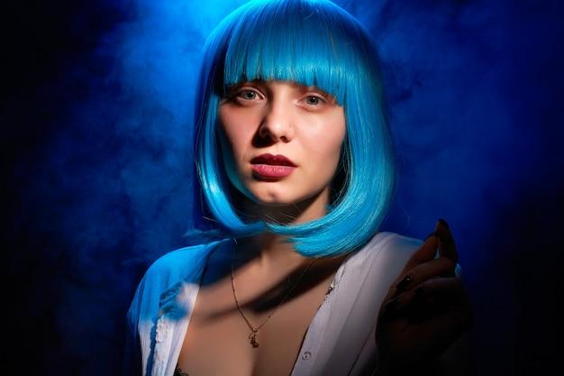 Portret van een vrouw met blauw haar