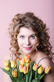 Portret van een vrouw met bloemen.