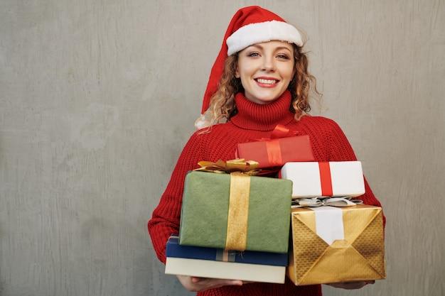 Portret van een vrouw met cadeautjes