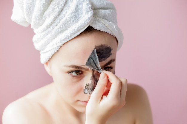 Portret van een vrouw met cosmetische masker