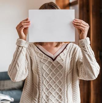 Portret van een vrouw met een blanco papier
