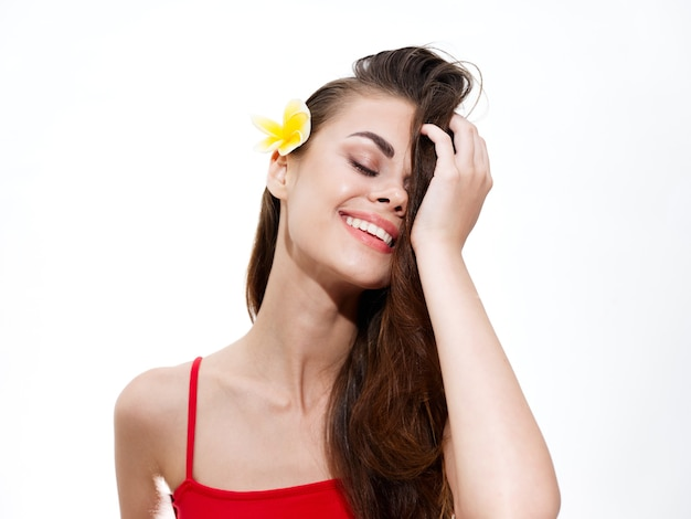 Portret van een vrouw met een bloem in haar haar
