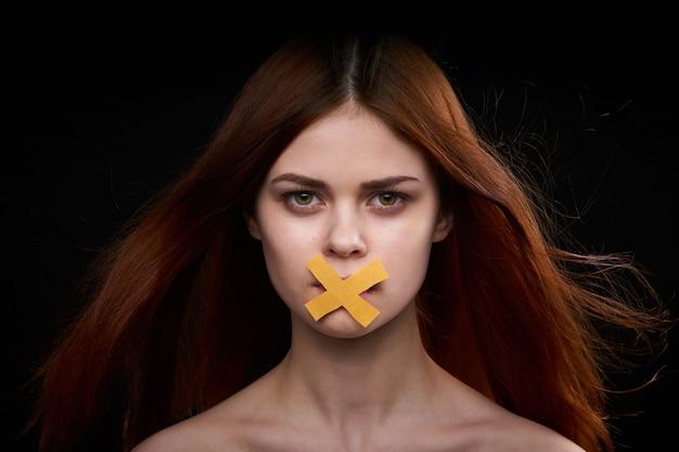 Portret van een vrouw met een gesloten mond, feminisme, vrijheid van meningsuiting