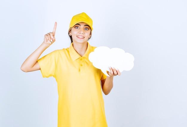 Portret van een vrouw met een lege witte tekstballon wolk die omhoog wijst.
