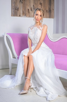 Portret van een vrouw met een mooie bruiloft make-up en haar op de bank