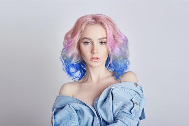 Portret van een vrouw met felgekleurd vliegend haar, alle tinten paars. haarkleuring, mooie lippen en make-up. haar fladderend in de wind. sexy meisje met kort haar. professionele kleuren
