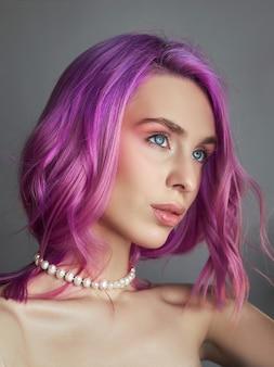 Portret van een vrouw met felgekleurd vliegend haar, alle tinten paars