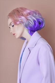 Portret van een vrouw met felgekleurd vliegend haar