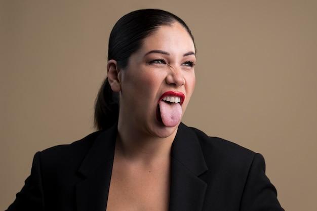 Portret van een vrouw met haar tong uit
