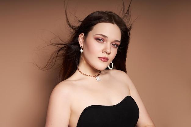 Portret van een vrouw met juwelen