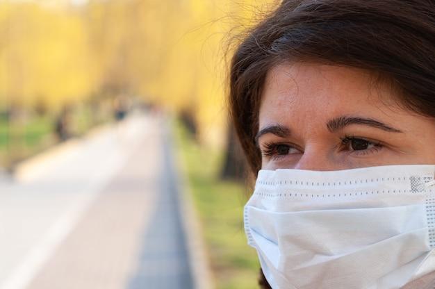 Portret van een vrouw met medisch masker