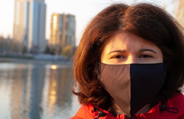 Portret van een vrouw met met de hand gemaakt zwart kleurenmasker