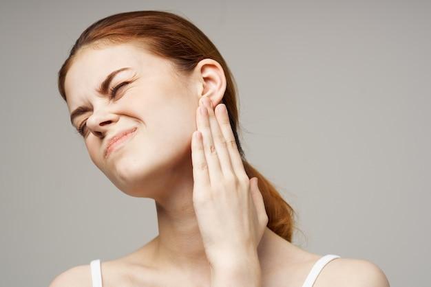 Portret van een vrouw met oorpijn