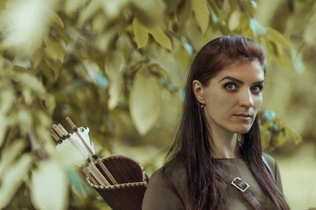 Portret van een vrouw met pijlen in een koker, close-up