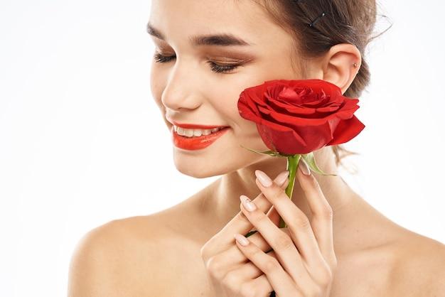 Portret van een vrouw met rode lippenstift op haar lippen