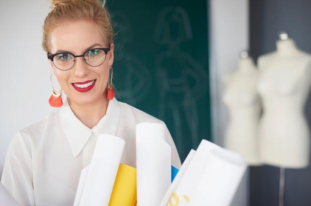Portret van een vrouw met rollen papier