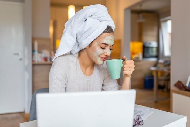 Portret van een vrouw met schoonheidsmasker op haar gezicht
