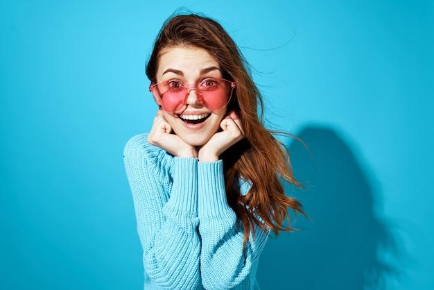 Portret van een vrouw mode poseren geïsoleerde background