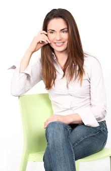 Portret van een vrouw op een stoel
