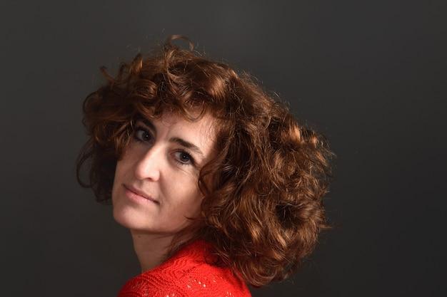 Portret van een vrouw op grijs