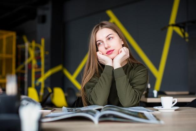Portret van een vrouw op het bureau