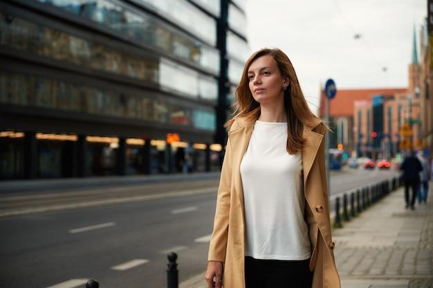 Portret van een vrouw op straat in de stad
