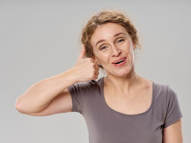 Portret van een vrouw op volwassen leeftijd, oud vrouwenportret van een oma