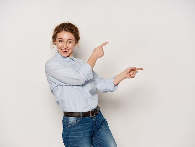 Portret van een vrouw op volwassen leeftijd, oude vrouw die met haar vingers op copyspace richt