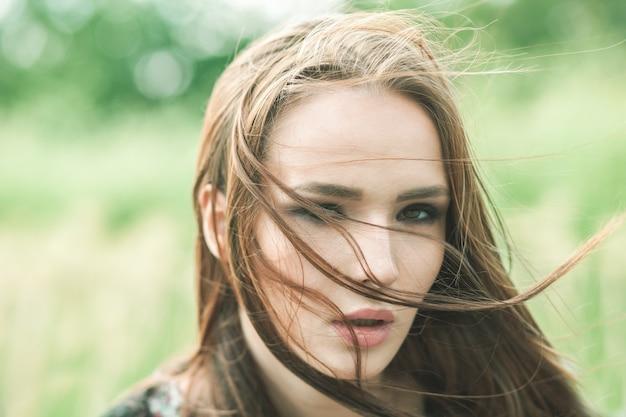 Portret van een vrouw op winderige dag buiten close-up