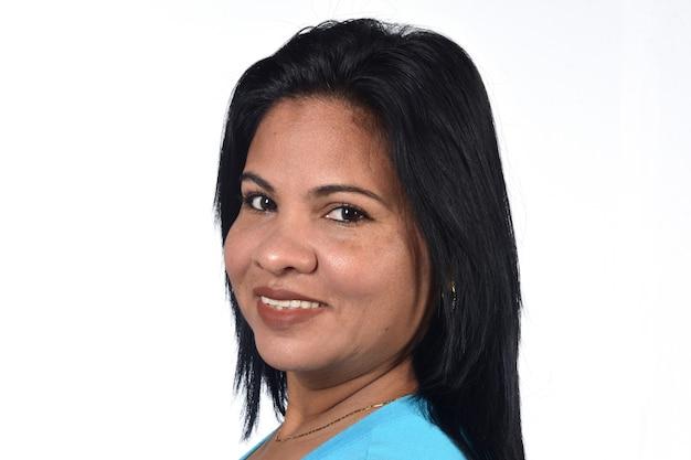 Portret van een vrouw op witte achtergrond