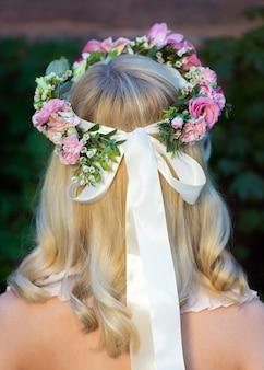 Portret van een vrouw terug met een krans van bloemen op het hoofd