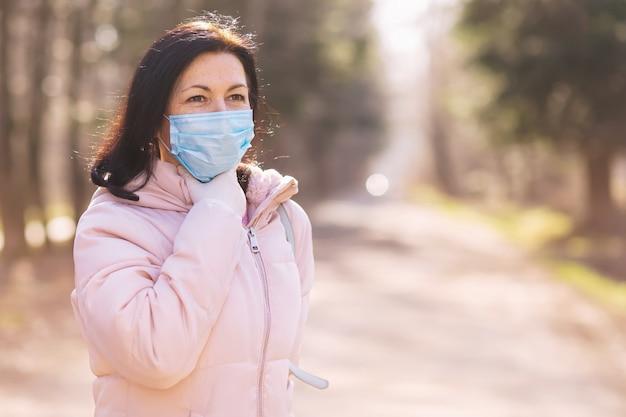Portret van een vrouw van middelbare leeftijd die een beschermend gezichtsmasker draagt voor medische voorzorgsmaatregelen tijdens covid 19 pandemic.