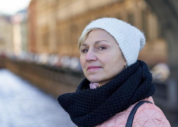 Portret van een vrouw van middelbare leeftijd in een sjaal en een hoed