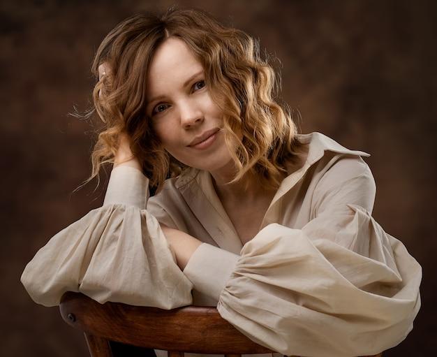 Portret van een vrouw van veertig jaar in een beige overhemd in neutrale kleuren