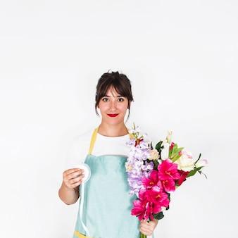 Portret van een vrouwelijke bloemist met lint en bos bloemen