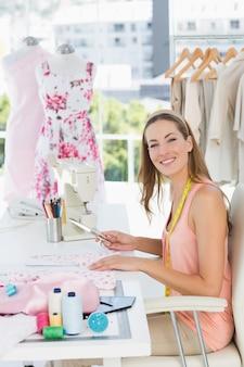 Portret van een vrouwelijke modeontwerper die aan stoffen werkt