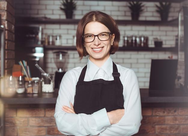 Portret van een vrouwelijke ondernemer in haar restaurant