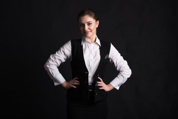 Portret van een vrouwelijke zakelijke dame in de studio op een zwarte achtergrond