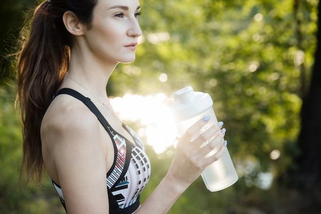 Portret van een vrouwen drinkwater