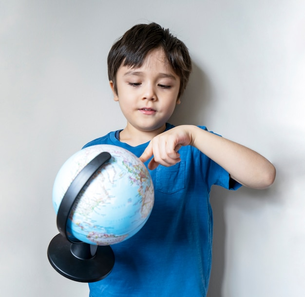 Portret van een wereldbol van de jongensholding