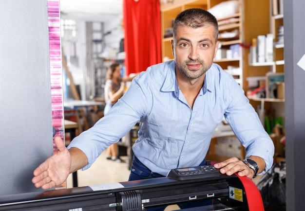 Portret van een werkende man in een printerstudio