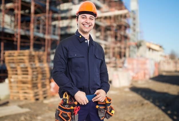 Portret van een werknemer in een bouwplaats