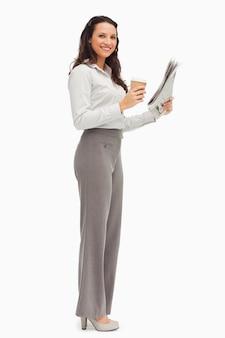 Portret van een werknemer met een krant en een koffie