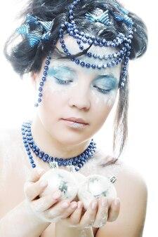 Portret van een winterdame met creatief gezicht