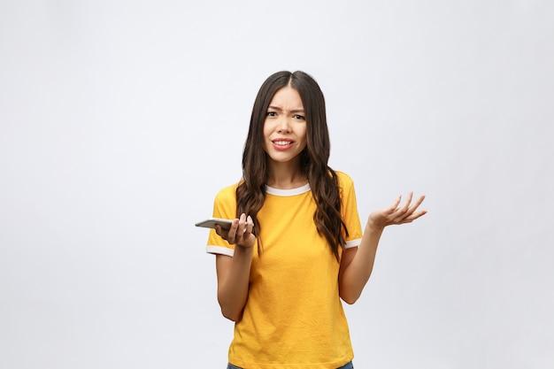 Portret van een woedende aziatische vrouw die op mobiel spreekt