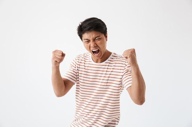 Portret van een woedende jonge aziatische man schreeuwen