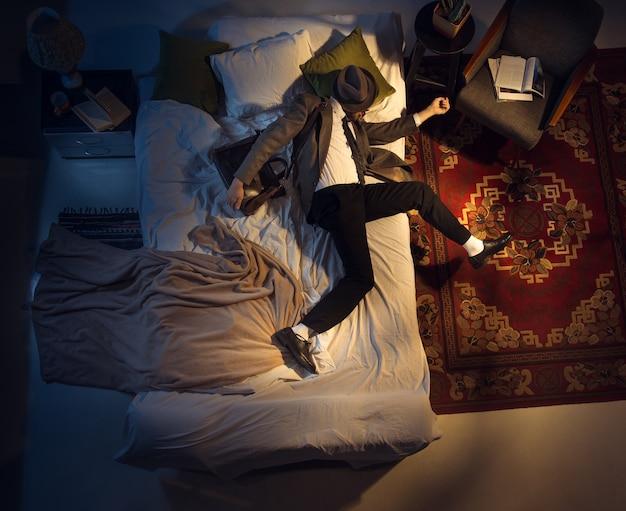 Portret van een zakenman-accountant die thuis in bed slaapt